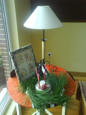 Mesa recuperada con adornos navideños-after